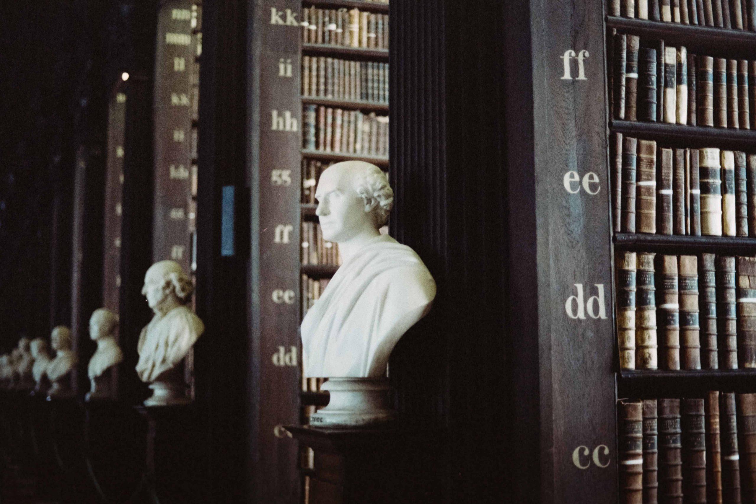 άγαλμα_βιβλιοθήκη